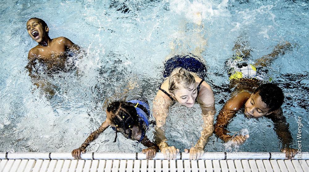 Integration: Flygtningebørn hygger sig i svømmehallen